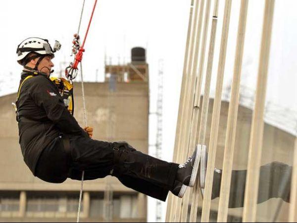 Príncipe faz rapel em Londres no prédio mais alto da Europa