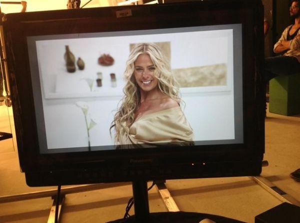 Sensual, Adriane Galisteu posa para campanha de beleza em SP