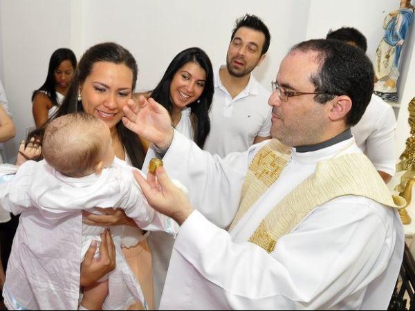 Ex-BBB Priscila batiza o filho na Igreja e se emociona: