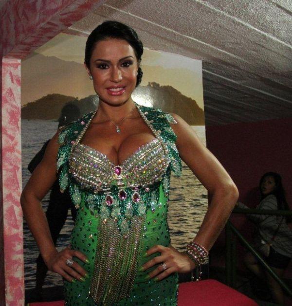 Gracyanne Barbosa vai com vestido curtinho à quadra da Mangueira