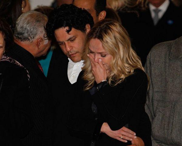 Muito abalada, Eliana se emociona no adeus a Hebe Camargo; fotos