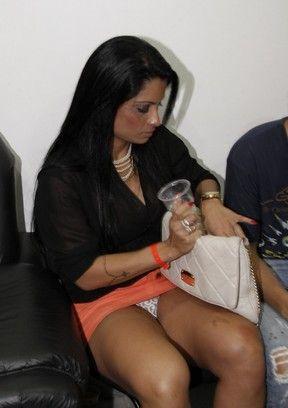 De saia curtinha, Dani Sperle deixa calcinha à mostra em show
