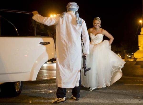 Noivas posam com armas e fingem ser raptadas na Romênia