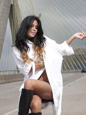 Nua, Lorena Bueri posa para ensaio em ponte de São Paulo
