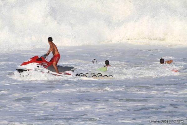 Veja fotos do acidente de surfista brasileiro que teve rosto perfurado em onda gigante
