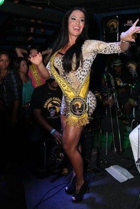Gracyanne Barbosa requebra durante show e exibe as pernas musculosas