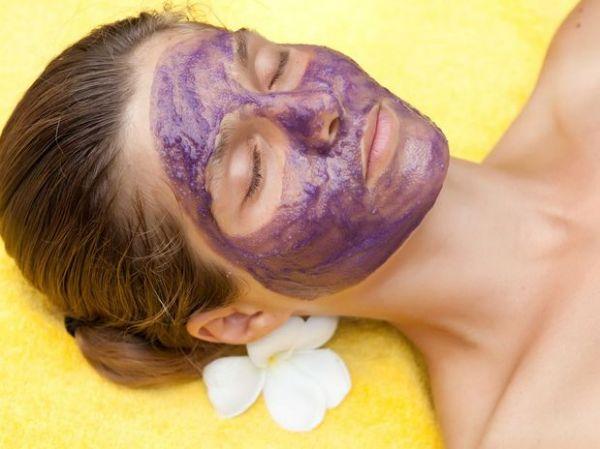 Máscara facial à base de uva combate envelhecimento da pele