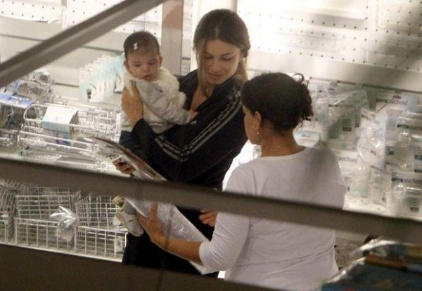 Sofia, filha de Grazi e Cauã, aparece em público pela primeira vez; fotos