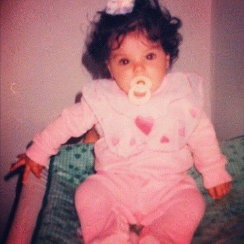 Sthefany Brito relembra a infância e publica foto ainda bebê
