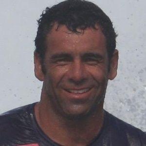 Surfista brasileiro que caiu em onda gigante acorda do coma e já se move