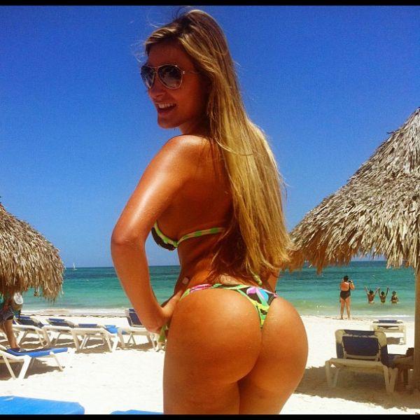 Andressa Urach empina bumbum em novas fotos com biquíni