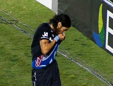Após beijar escudo do Botafogo, Loco Abreu é denunciado pelo STJD