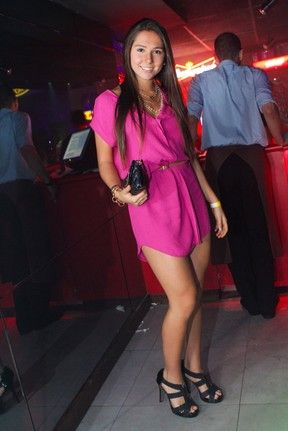 Filha de Gaúcho escolhe vestido curtinho para festa com modelos