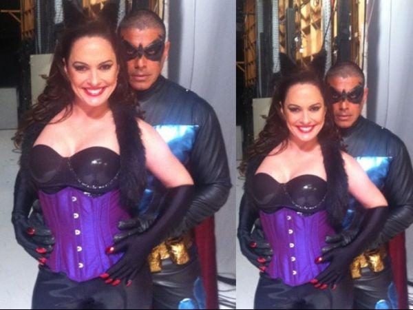 Vestido de Batman, Alexandre Frota seduz Núbia Óliiver