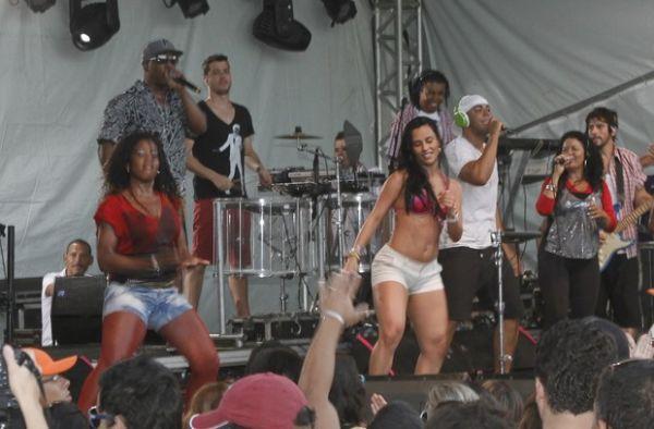 Ex-BBB Kelly relembra o tempo de dançarina no palco de micareta na Bahia; fotos!