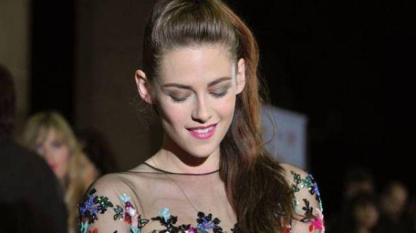 Kristen Stewart sorri em primeira aparição pública após traição a Robert Pattinson