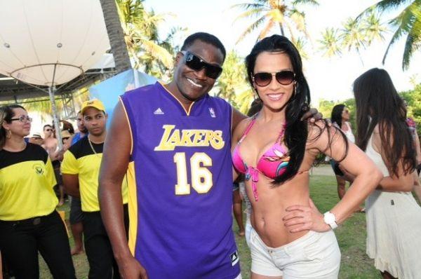 Ex-BBB Kelly exibe corpão e dança com Jacaré em micareta na Bahia