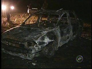 Homem mata a mulher, agride PM e incendeia viatura