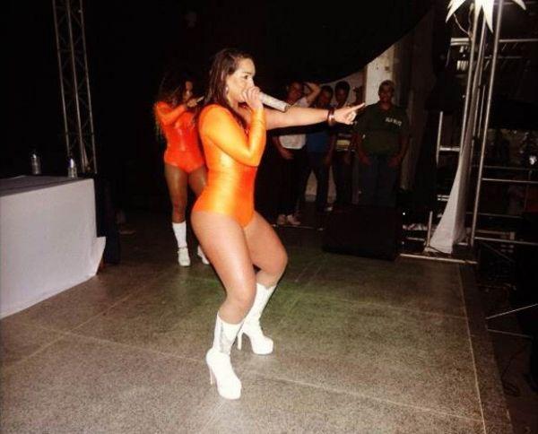 Mulher Melancia faz show com shortinho fio dental