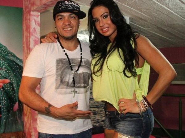 Belo e Gracyanne posam juntos na quadra da Mangueira, no Rio