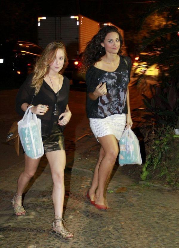 De pernas de fora, Leandra Leal reúne famosos em sua festa de 30 anos