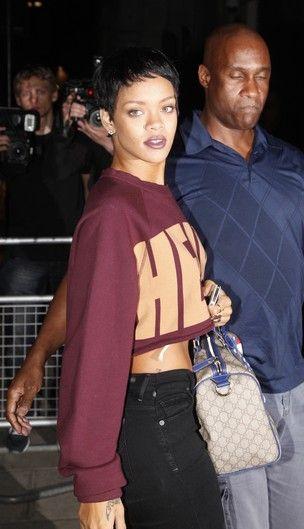 Investindo no visual, Rihanna faz tatuagem nova e unhas bizarras