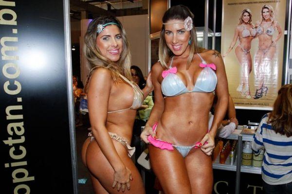 Irmãs Minerato deixam roupa em casa e usam só biquíni em feira de beleza