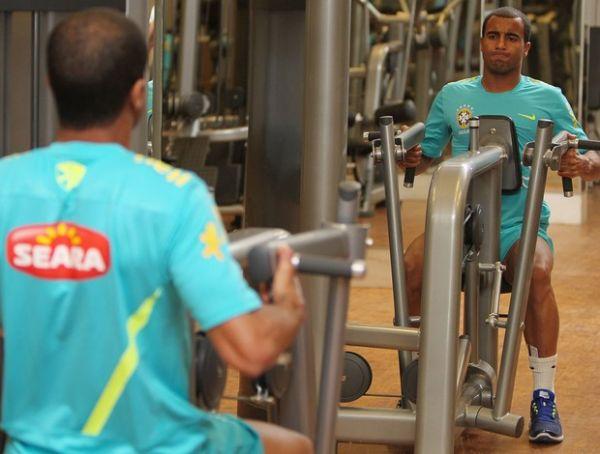 Jogadores da Seleção realizam treino na academia e brincam na piscina