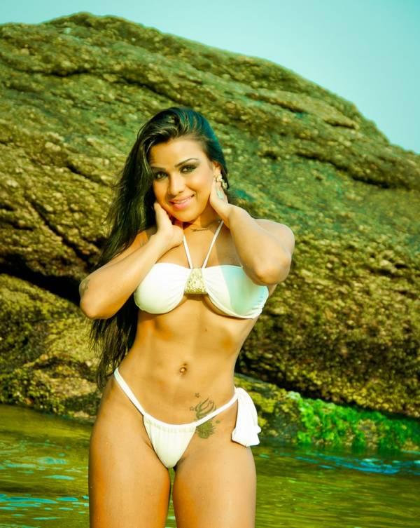 De biquíni branco, musa da União da Ilha recebe 2013 com ensaio sensual
