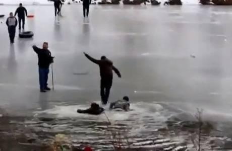 Homem cai em lago congelado e leva mais gente com ele nos EUA