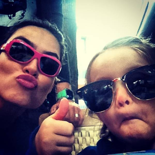 Thaila Ayala ensina filha de Fe Rodrigues a andar de skate