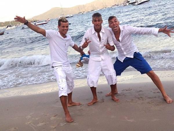 Todo de branco depois da virada, Neymar amanhece em praia com os
