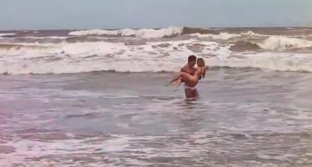 De biquíni, ex-BBB Renatinha dá uns amassos em bonitão em videoclipe de banda gaúcha