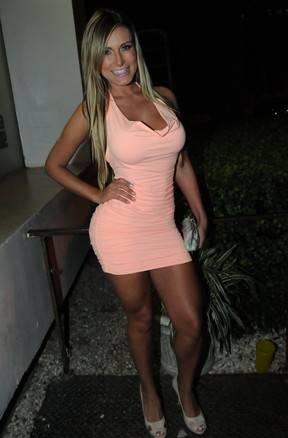 De vestido colado, Andressa Urach provoca com empinadinha