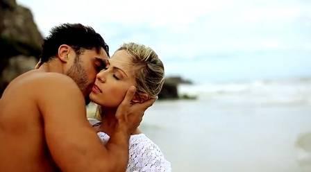 Ex-BBB Renatinha dá uns amassos em bonitão em videoclipe