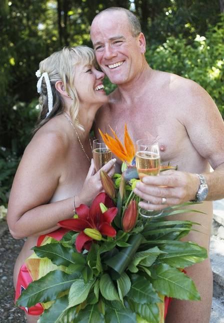 Noivos se casam pelados na Nova Zelândia