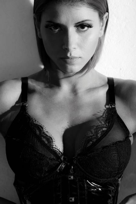 Panicat Thaís Bianca exibe marquinha de biquíni em novo ensaio
