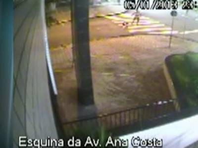Câmera flagra momento em que homem é morto por dívida de R$ 5