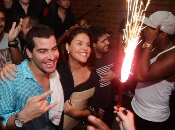 Empolgados, Thiago Martins e Paloma comemoram 1 ano juntos