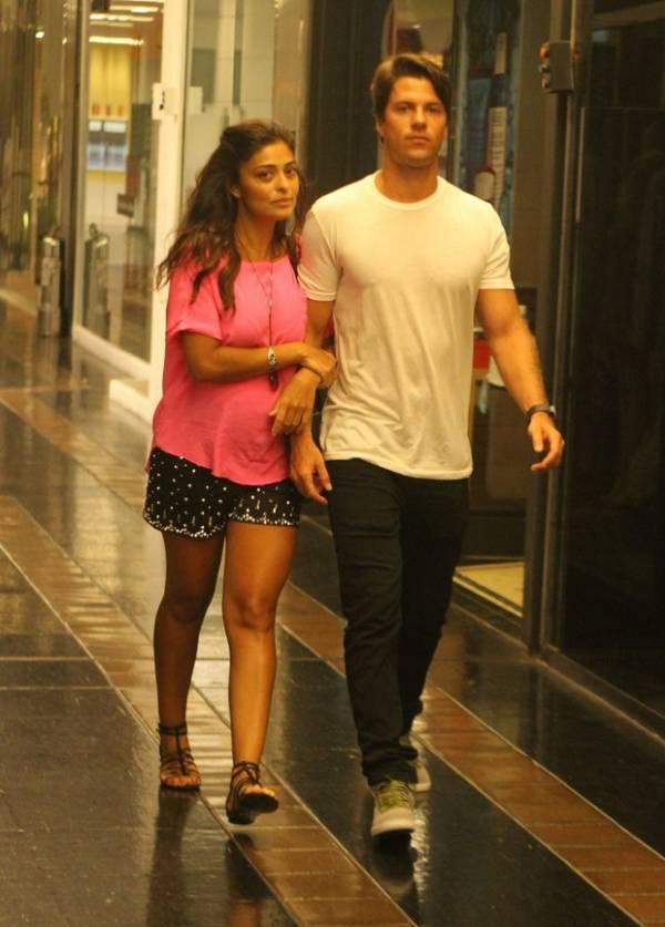 Grávida de três meses, Juliana Paes vai ao cinema com marido no Rio