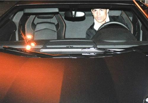 Irritado com fotos, Cristiano Ronaldo avança carro em cima de paparazzo