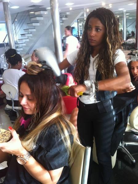 Viviane Araújo muda o visual e vai desfilar com 70cm de megahair