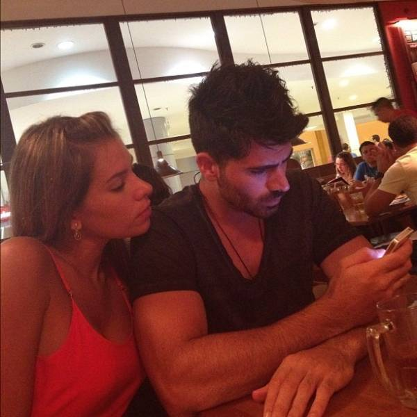 Adriana bisbilhota o celular do namorado, Rodrigão