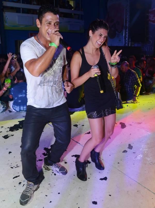 Fernanda Paes Leme sobe em palco para cantar em baile funk