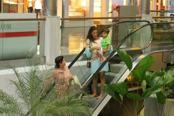 Grávida de três meses, Juliana Paes passeia com filho em shopping
