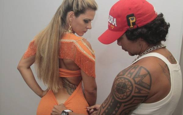 Sem lingerie, Furacão da CPI recebe coroa como musa gay em balada