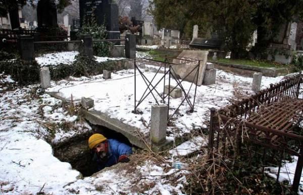 Sem-teto moram em cemitério para fugir do frio na Sérvia