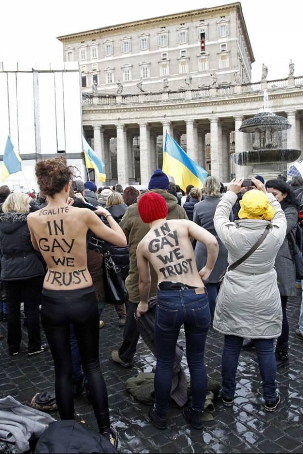 Ativistas seminuas protestam durante oração do Papa Bento 16