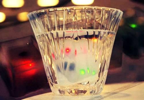 Estudante do MIT cria cubo de gelo que avisa se a pessoa está bêbada