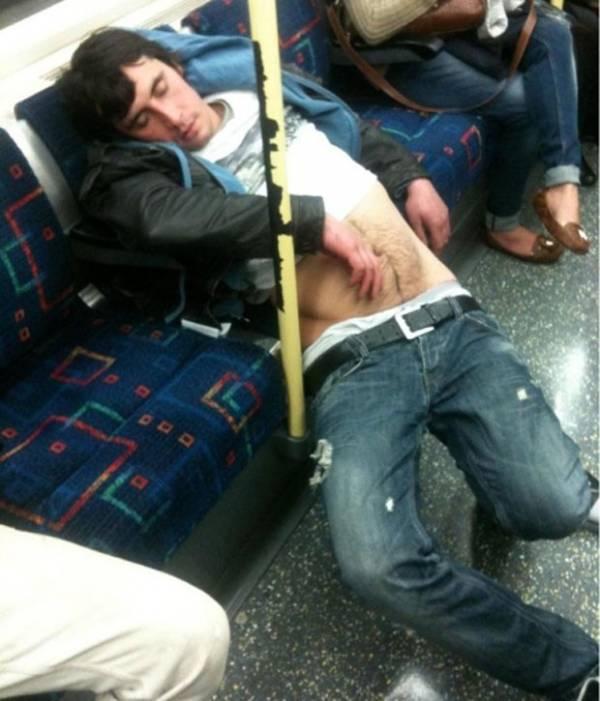 Página reúne flagras de passageiros dormindo em posições bizarras